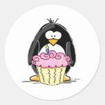 Pingüino del cumpleaños con la magdalena pegatinas redondas