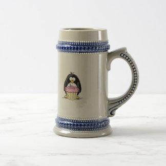 Pingüino del cumpleaños con la magdalena jarra de cerveza