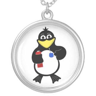 Pingüino del dibujo animado collar plateado