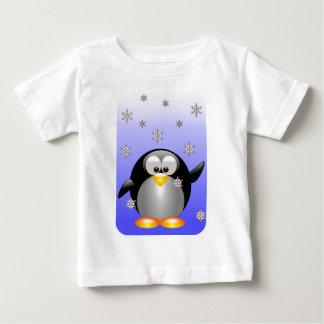 Pingüino del dibujo animado con los copos de nieve playeras