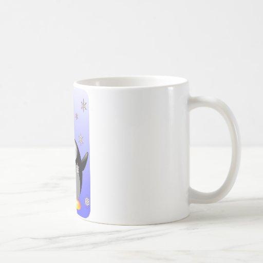 Pingüino del dibujo animado con los copos de nieve taza