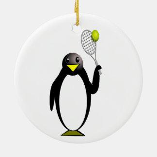 Pingüino del dibujo animado que juega a tenis adorno redondo de cerámica