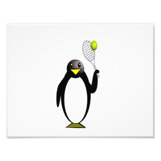 Pingüino del dibujo animado que juega a tenis impresión fotográfica