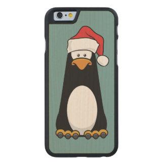 Pingüino del dibujo animado que lleva un gorra de funda de iPhone 6 carved® slim de arce