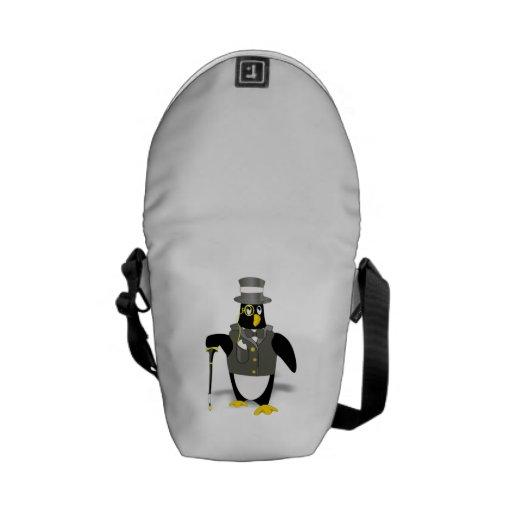 Pingüino del dibujo animado que lleva un smoking bolsas de mensajería