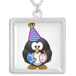Pingüino del fiesta collar plateado