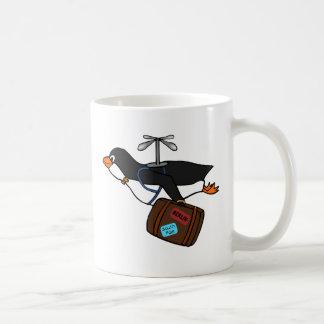 Pingüino del helicóptero del vuelo que viaja con taza