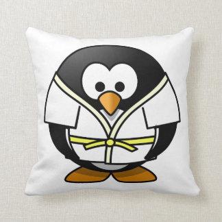 Pingüino del judo del dibujo animado almohada