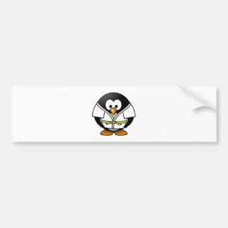 Pingüino del karate pegatina de parachoque