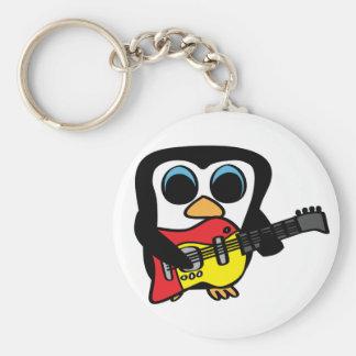 Pingüino del muchacho con la guitarra eléctrica llavero