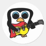 Pingüino del muchacho con la guitarra eléctrica pegatina redonda