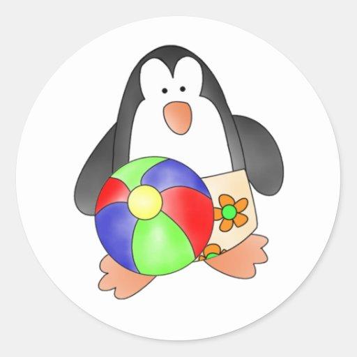 Pingüino del muchacho en la playa pegatina redonda