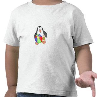 Pingüino del muchacho en la playa camisetas