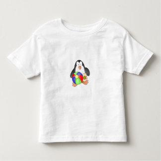 Pingüino del muchacho en la playa playera de bebé