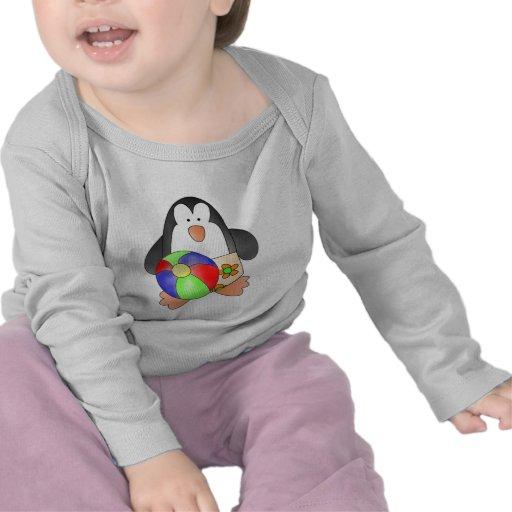 Pingüino del muchacho en las camisetas y los