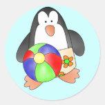 Pingüino del muchacho en las camisetas y los etiquetas redondas