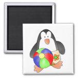 Pingüino del muchacho en las camisetas y los regal iman de nevera