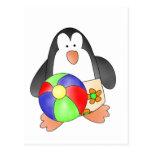 Pingüino del muchacho en las camisetas y los regal postales