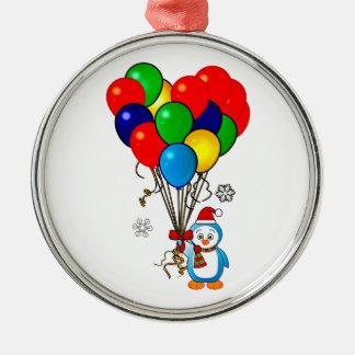 Pingüino del navidad con los globos del corazón ornato
