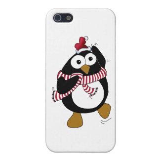 Pingüino del navidad del dibujo animado que lleva iPhone 5 funda