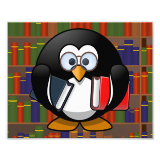 Pingüino del ratón de biblioteca en una biblioteca cojinete