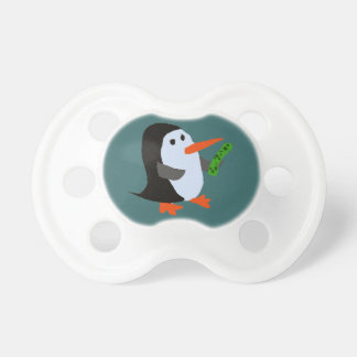 Pingüino divertido con un pacificador del bebé de  chupetes