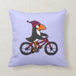 Pingüino divertido que monta la bicicleta roja almohada