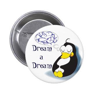pingüino el dormir que soña sobre el perno de los  pin redondo de 2 pulgadas