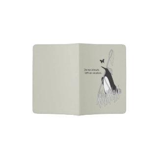 Pingüino el las vacaciones divertidas y elegantes porta pasaporte