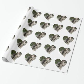 pingüino en forma del corazón papel de regalo