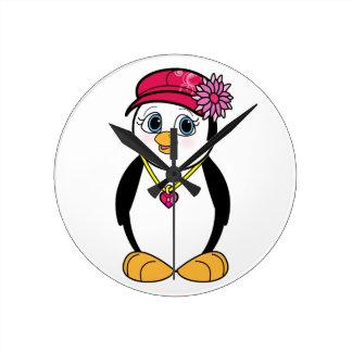Pingüino en gorra y collar elegantes reloj redondo mediano