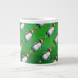 Pingüino en modelo del gorra de Santa en verde Taza Grande