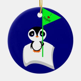Pingüino en muestra de los pingüinos del corazón adorno navideño redondo de cerámica