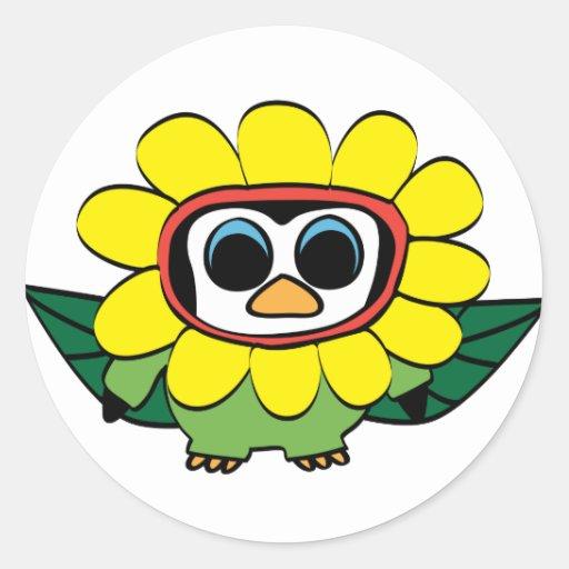 Pingüino en traje amarillo de la flor pegatina
