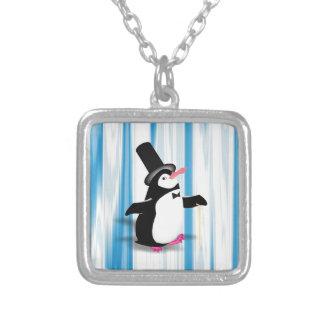 Pingüino encantador en la cortina azul collares