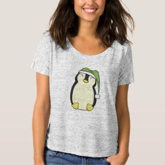 Pingüino feliz en el gorra de Santa del verde Playera