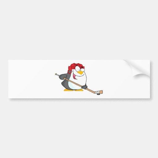 Pingüino feliz que juega a hockey sobre hielo pegatina para auto