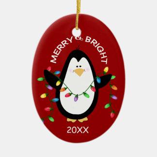 Pingüino feliz y brillante del navidad en rojo adorno ovalado de cerámica