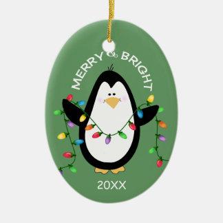 Pingüino feliz y brillante del navidad en verde adorno ovalado de cerámica