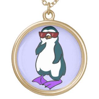 Pingüino fresco collar dorado