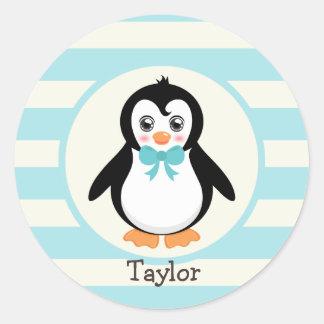 Pingüino lindo con la turquesa Bowtie Etiquetas Redondas