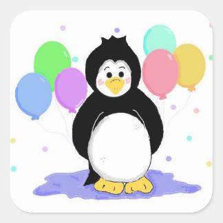 Pingüino lindo con los globos del fiesta calcomanías cuadradass personalizadas