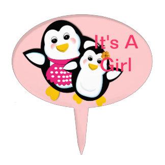 Pingüino lindo de la madre y del bebé es un chica decoración de tarta