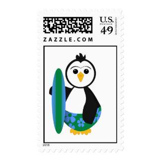 Pingüino lindo de la persona que practica surf sello