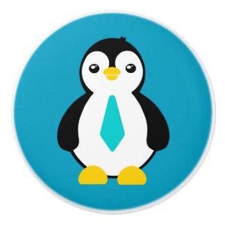 Pingüino lindo del bebé con una corbata azul pomo de cerámica