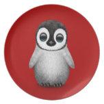 Pingüino lindo del bebé en de color rojo oscuro platos de comidas