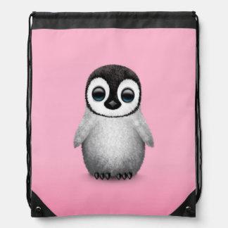 Pingüino lindo del bebé en rosa mochila