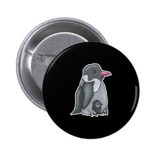 pingüino lindo del bebé y de la mamá pin redondo 5 cm
