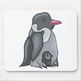 pingüino lindo del bebé y de la mamá tapetes de ratón