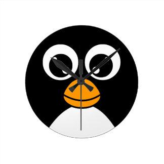Pingüino lindo del dibujo animado blanco y negro reloj redondo mediano